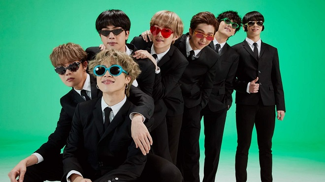 Jin BTS khoe tóc mới chói mắt, V sao phải đội mũ kín mít vậy?