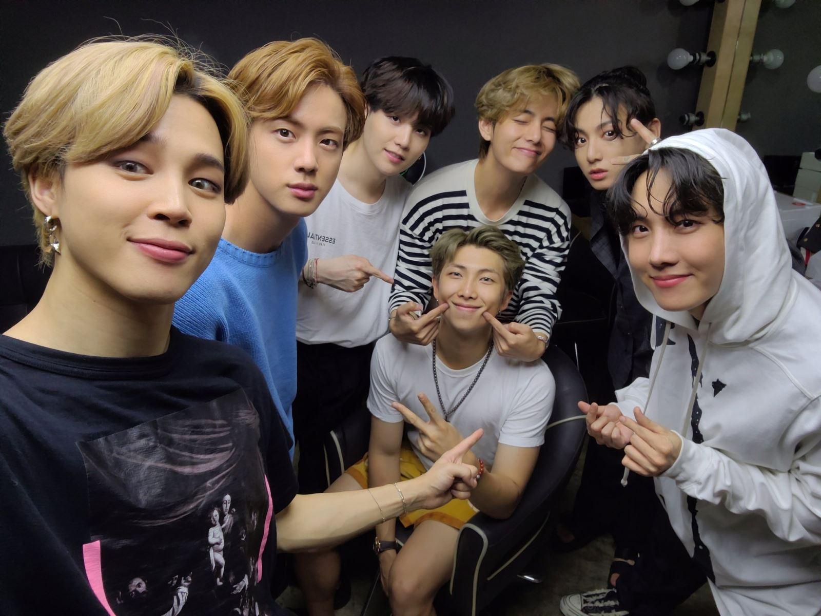 BTS, Jimin hóa bạn trai RM, Jungkook bị nhầm là con gái vì bức ảnh mới, những pha dìm hàng của BTS, Jiminie, MiniMoni, MinJoon, sinh nhật RM, chúc mừng sinh nhật RM