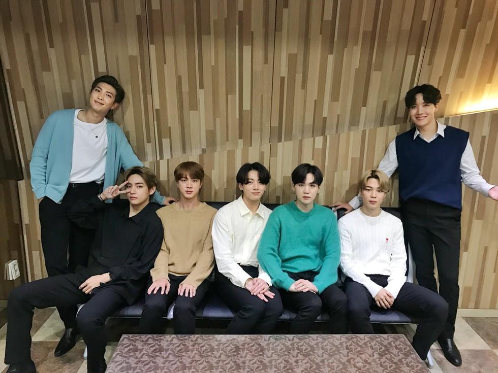 BTS, V BTS, Quay phim thở dài khó nói khi nhìn cận mặt V BTS, KBS News 9, Fan boy BTS, Ngoại hình của V, Khuôn mặt của V