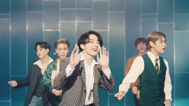 Tên Jungkook BTS hóa mây lơ lửng trên trời, nể độ chịu chơi của ARMY