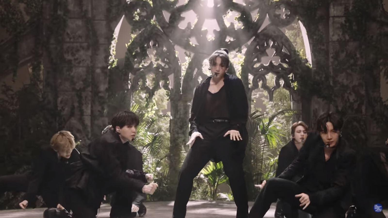 BTS, Jungkook BTS, Jungkook hot hơn cả chung kết NBA, Jungkook nóng bỏng, Jimmy Fallon Show, Black Swan, BTS lên sóng trúng chung kết NBA, Jungkook buộc tóc