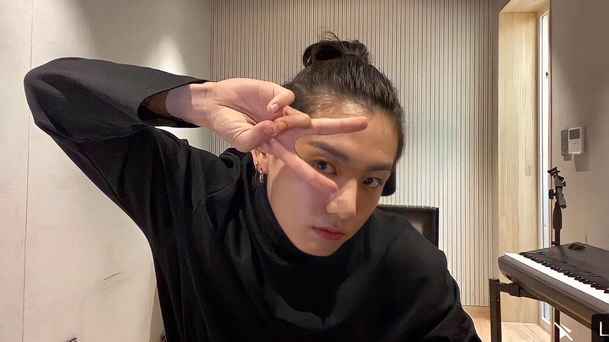 BTS, V BTS, Jungkook, V và Jungkook BTS tung tăng đi mua sắm cùng nhau, bộ đôi Taekook, album BE, V Live, Jungkook với trang phục đen và tóc đuôi ngựa