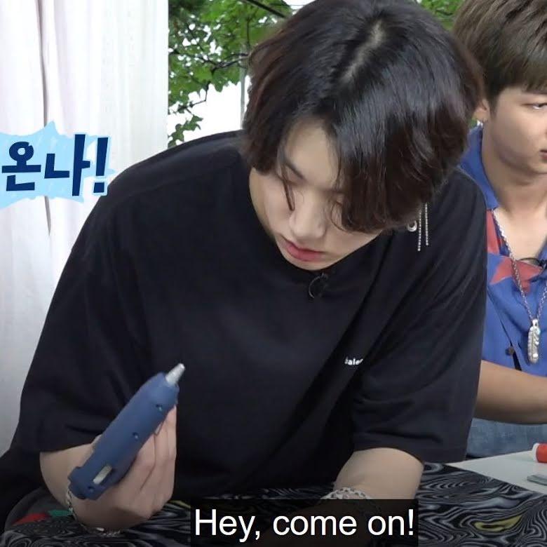 BTS, Jungkook, Thói quen lạ của Jungkook, Jungkook đáng yêu, Jungkook nói chuyện với đồ vật, Jungkook tình thương mến thương, Jungkook độc lạ