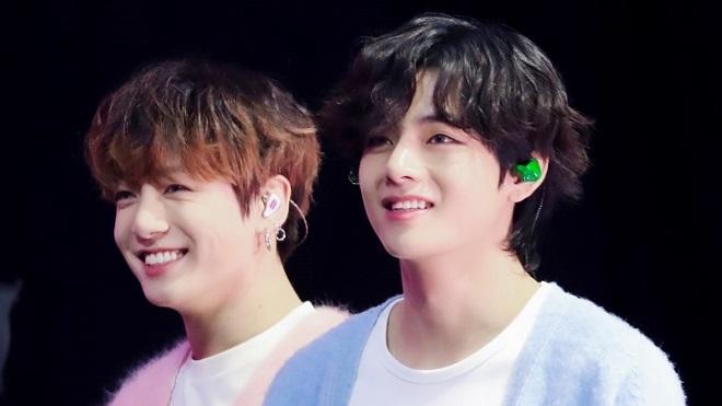 Jungkook và V BTS  run rẩy đi hát rong, không biết tiền tip thế nào