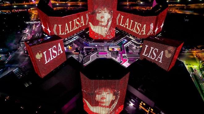 Bị cấm quyên góp, 1 fanboy chi núi tiền quảng bá cho Lisa Blackpink