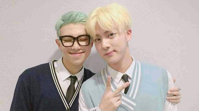 BTS: RM xúc động rụng rời trước món quà ý nghĩa từ Jin