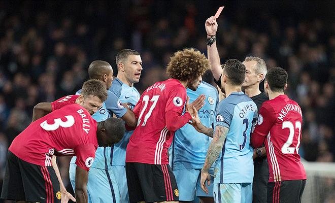 Fellaini đá quá tệ, bị đuổi vì húc đầu Aguero ở derby, fan lại kêu gào đòi bán