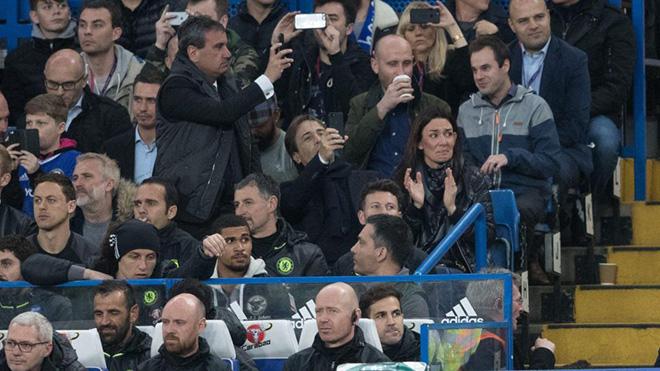 Bà xã Conte rơi nước mắt khi chồng được vinh danh cùng Chelsea