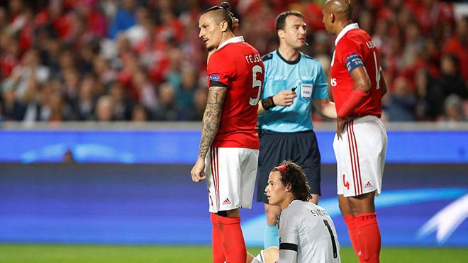 Thủ môn tuổi teen của Benfica gây bão mạng vì ôm bóng vào gôn, biếu bàn thắng cho M.U
