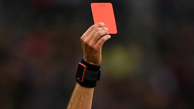 BI KỊCH: Bị phạt thẻ đỏ, cầu thủ đánh chết trọng tài