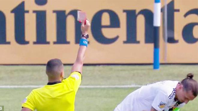 Ibrahimovic tát thẳng tay đối thủ, nhận thẻ đỏ thứ 13 trong sự nghiệp