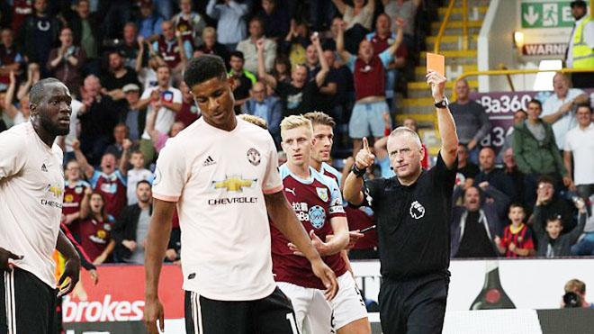 TIẾT LỘ: Rashford đá tung cửa phòng thay đồ sau khi nhận thẻ đỏ trước Burnley