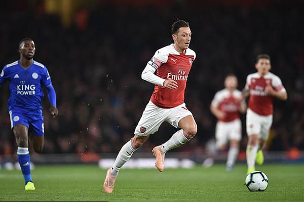Oezil mang băng đội trưởng, Oezil tỏa sáng, Video clip Arsenal 3-1 Leicester, Arsenal vs Leicester, Arsenal toàn thắng, Arsenal, Pháo thủ, Emery, Ngoại hạng Anh
