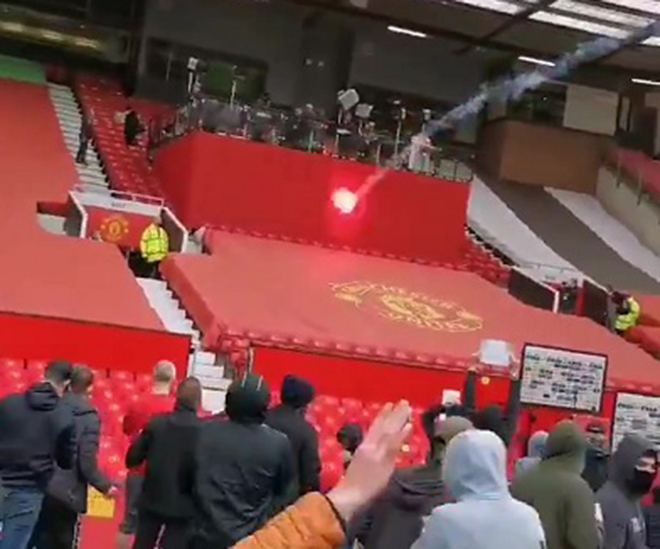 Trận MU vs Liverpool bị hoãn, Trận MU Liverpool bao giờ đá lại, CĐV MU biểu tình, Hoãn trận MU vs Liverpool, MU vs Liverpool, MU, lịch thi đấu Ngoại hạng Anh, BXH Anh