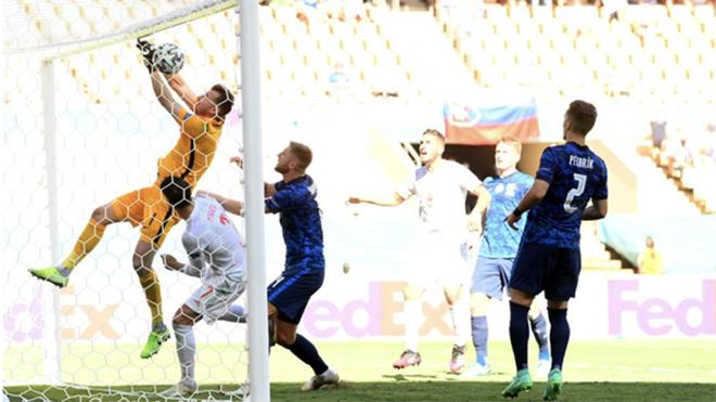 Trực tiếp bóng đá Slovakia vs Tây Ban Nha. Thủ môn Slovakia phản lưới cực khó tin, Dubravka phản lưới, Dubravka đấm bóng vào lưới nhà, trực tiếp Slovakia vs Tây Ban Nha