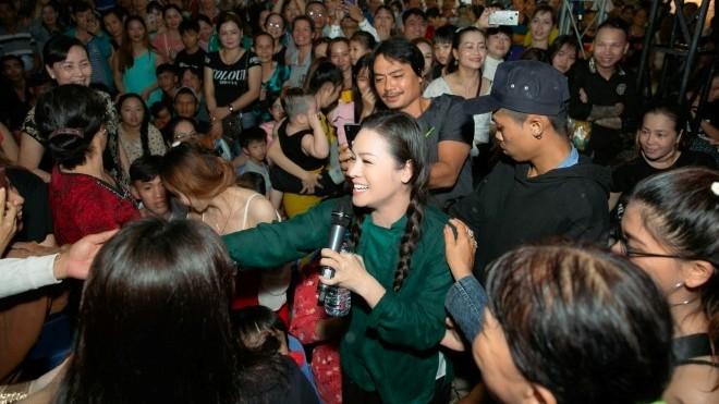 Tiếng sét trong mưa: Nhật Kim Anh chân đất hát 'Sóng gió đời em' khiến khán giả Đồng Tháp vỡ òa