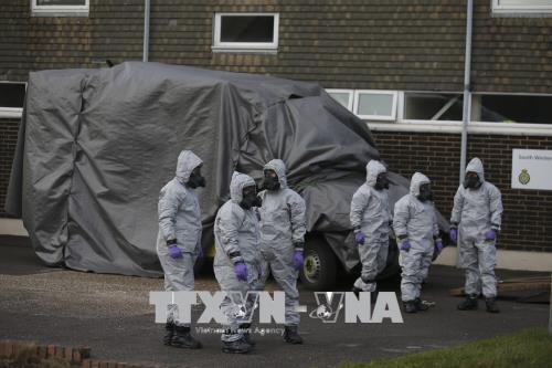 Lực lượng chức năng điều tra tại hiện trường vụ cựu điệp viên cùng con gái bị tấn công bằng chất độc ở Salisbury, Anh ngày 10/3. Ảnh: AFP/TTXVN