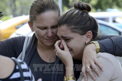 Người thân của các nạn nhân vụ rơi máy bay chờ đợi bên ngoài bệnh viện ở La Habana, Cuba ngày 19/5. Ảnh: THX/TTXVN