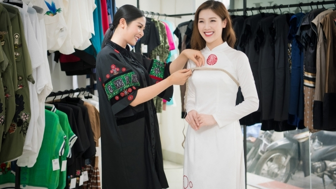 Sau 8 năm 'ở ẩn', Phí Thị Thùy Linh 'tái xuất' bằng BST áo dài do Ngọc Hân thiết kế