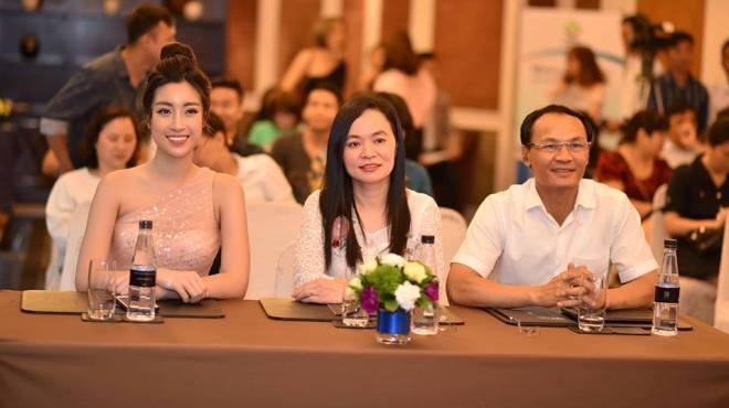 'Hoa hậu đẹp nhất năm 2017' Đỗ Mỹ Linh xuất hiện lộng lẫy cạnh các chuyên gia ẩm thực