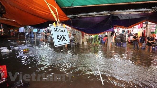 Chợ nhà Xanh Hà Nội bị nhấn chìm sau cơn mưa lớn bất chợt