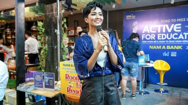 VIDEO: Hoa hậu H'Hen Niê xuống đường bán sách trong trời mưa bão