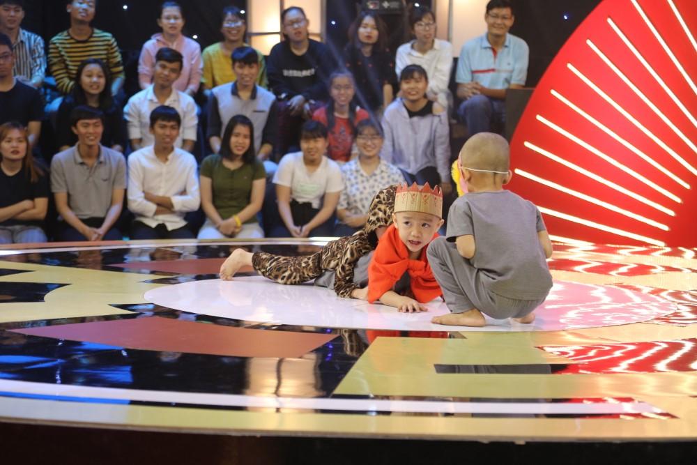 Gala 1 'Thách thức danh hài': 5 chú tiểu nhóm Bồng Lai khiến sân khấu vỡ òa với 4 phần thi xuất sắc