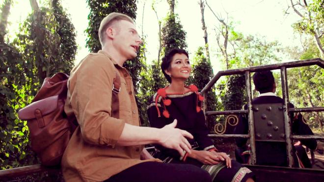 VIDEO: H'Hen Niê ngồi xe công nông thăm vườn cà phê cùng 'trai Tây'
