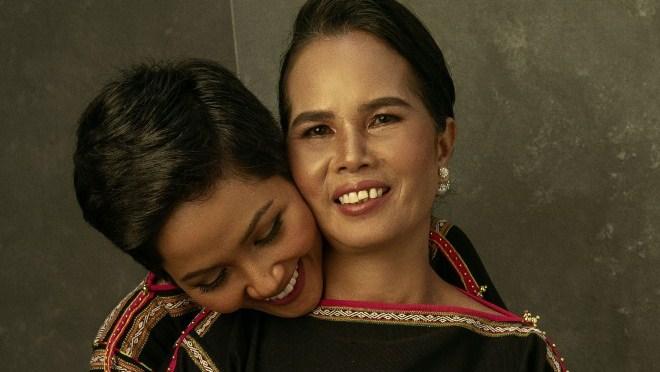 H'Hen Niê công bố bộ ảnh chụp cùng mẹ, trở lại thời thơ ấu