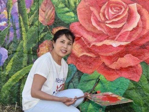 Họa sĩ Nguyễn Thu Thủy vẽ tranh tường 'Mùa xuân Pháp - Việt' bên dòng sông Seine