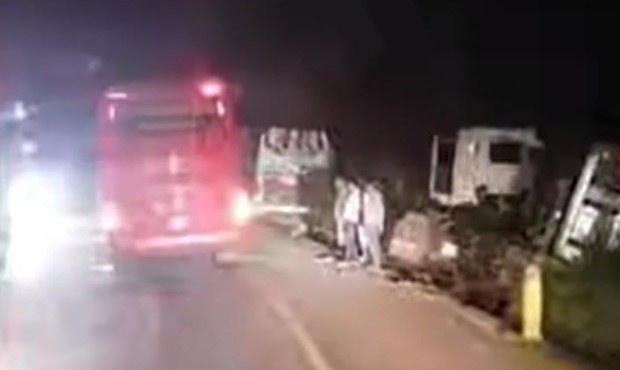 Xử lý nghiêm tài xế xe khách ép lật xe container