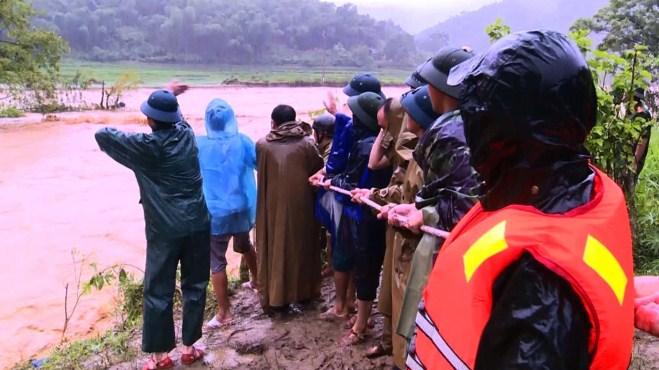 Hình ảnh cuộc tìm kiếm 12 người bị lũ quét cuốn ở bản Xa Ná