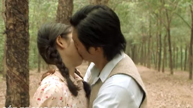 Tiếng sét trong mưa tập 36: Thanh Bình hôn Phượng, bà Bảy than 'oan nghiệt'!