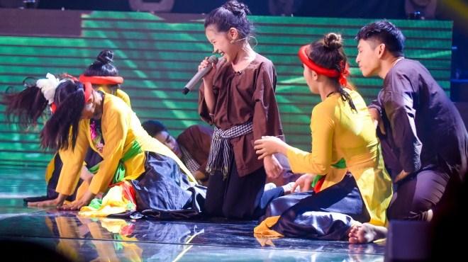 Tập 12 'Giọng hát Việt nhí': 'Cô bé Chí phèo' ăn vạ trên sân khấukhiến khán giả cười ngất