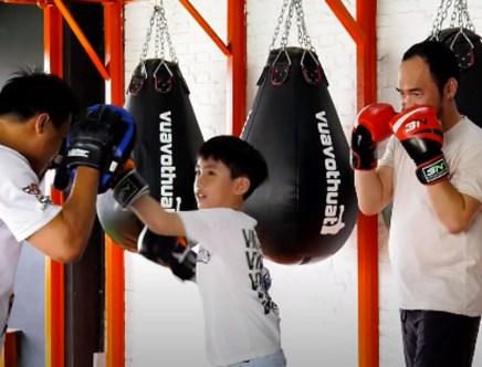 Vắng Thu Trang, Tiến Luật dẫn con trai đi học boxing trong 'Thử thách lớn khôn'