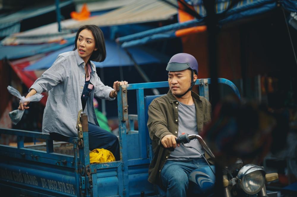 'Chuyện xóm tui 2'của Thu Trang ngập drama, Tiến Luật bị đánh đến vỡ đầu
