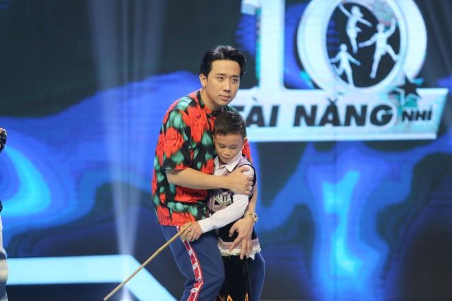 'Siêu tài năng nhí': Cậu bé dân tộc H'Mông 'ăn cơm với nước lã' được Trấn Thành tặng 20 triệu