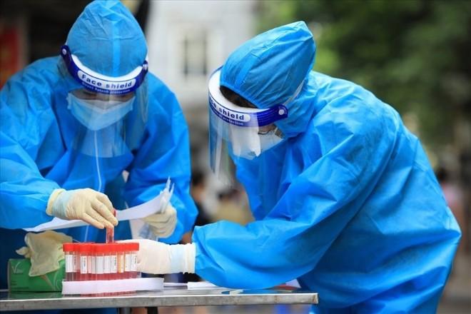 Gần 1.000 cán bộ y tế Bệnh viện Bạch Mai hỗ trợ Hà Nội xét nghiệm, tiêm chủng 'thần tốc'