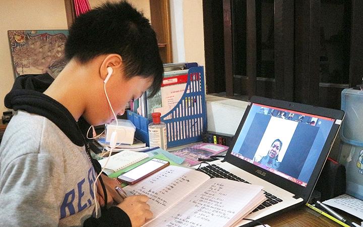 Cần sự hỗ trợ của cha mẹ và thầy cô khi trẻ học online