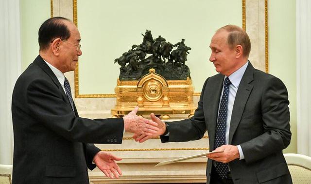 Tổng thống Nga Vladimir Putin bắt tay Chủ tịch Quốc hội Triều Tiên Kim Yong-nam trong buổi gặp tại điện Kremlin ngày 14/6. Ảnh: Reuters