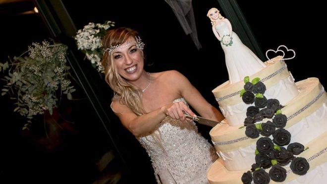 40 tuổi vẫn F.A, người phụ nữ xinh đẹp kết hôn với chính mình