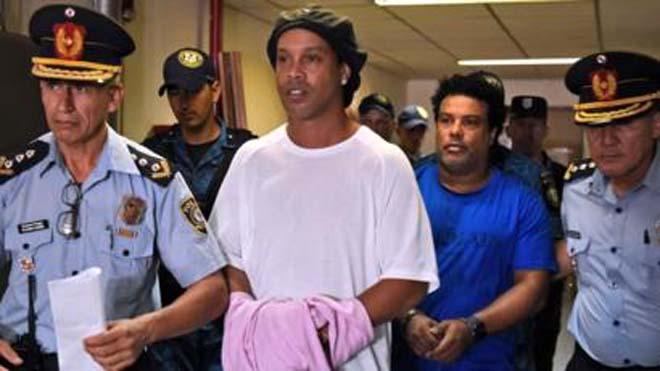 Ronaldinho có thể phải ngồi tù 6 tháng vì sử dụng hộ chiều giả và phạm một số tội khác