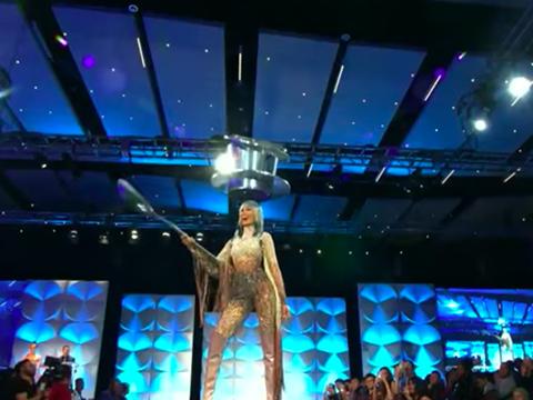 Hoàng Thuỳ mặc trang phục cà phê phin sữa đá trên sân khấu Miss Universe