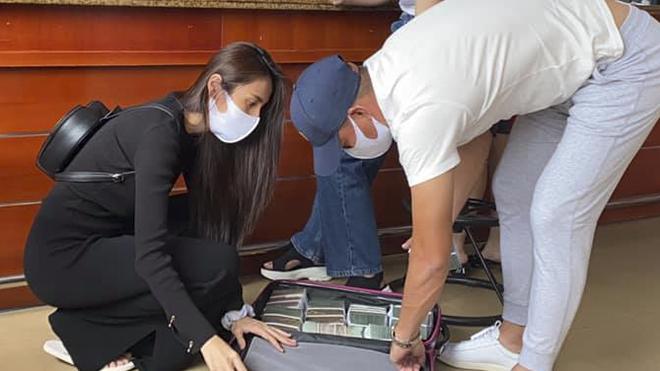 Công Vinh hộ tống Thuỷ Tiên mang vali tiền ra miền Trung cứu trợ