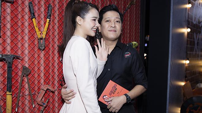 Trường Giang - Nhã Phương quấn quýt trên thảm đỏ phim 'Chị Mười Ba' của Thu Trang