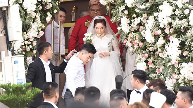 Lễ cưới của Bảo Thy và chồng doanh nhân được bảo vệ nghiêm ngặt ở nhà thờ