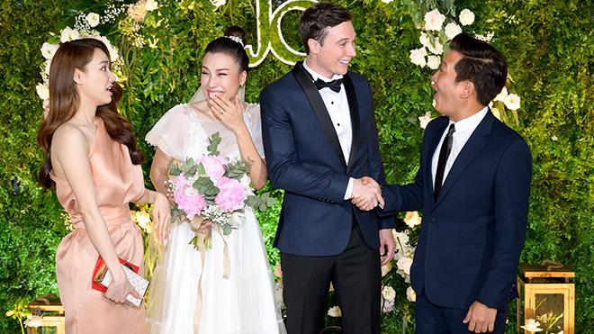 Vợ chồng Trường Giang - Nhã Phương dự tiệc cưới của MC Hoàng Oanh và chồng Tây