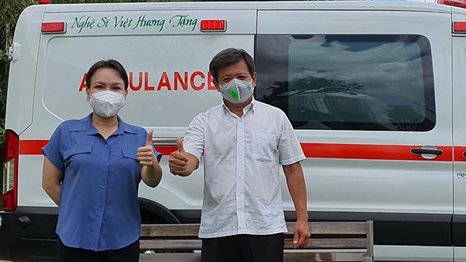 Nghệ sĩ Việt Hương bàn giao xe cứu thương hơn 2,5 tỷ đồng cho ông Đoàn Ngọc Hải