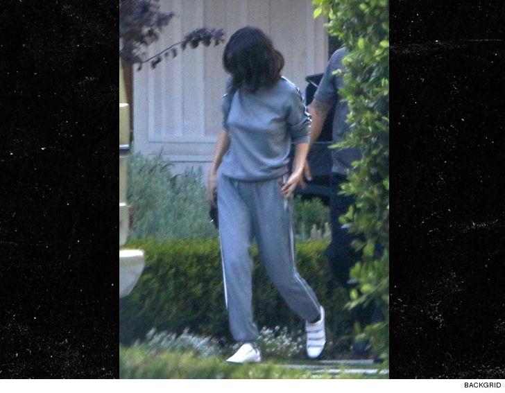 Selena Gomez di chuyển từ ô tô vào nhà dịp cuối tuần qua