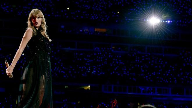 Taylor Swift sắp thoát khỏi hợp đồng từ tuổi 15, lấy đi 80% thu nhập suốt 12 năm